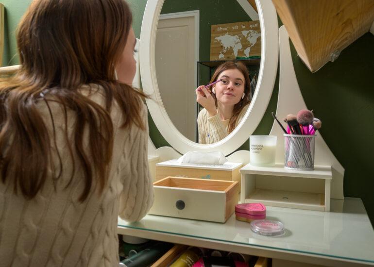 Tiener voor spiegel