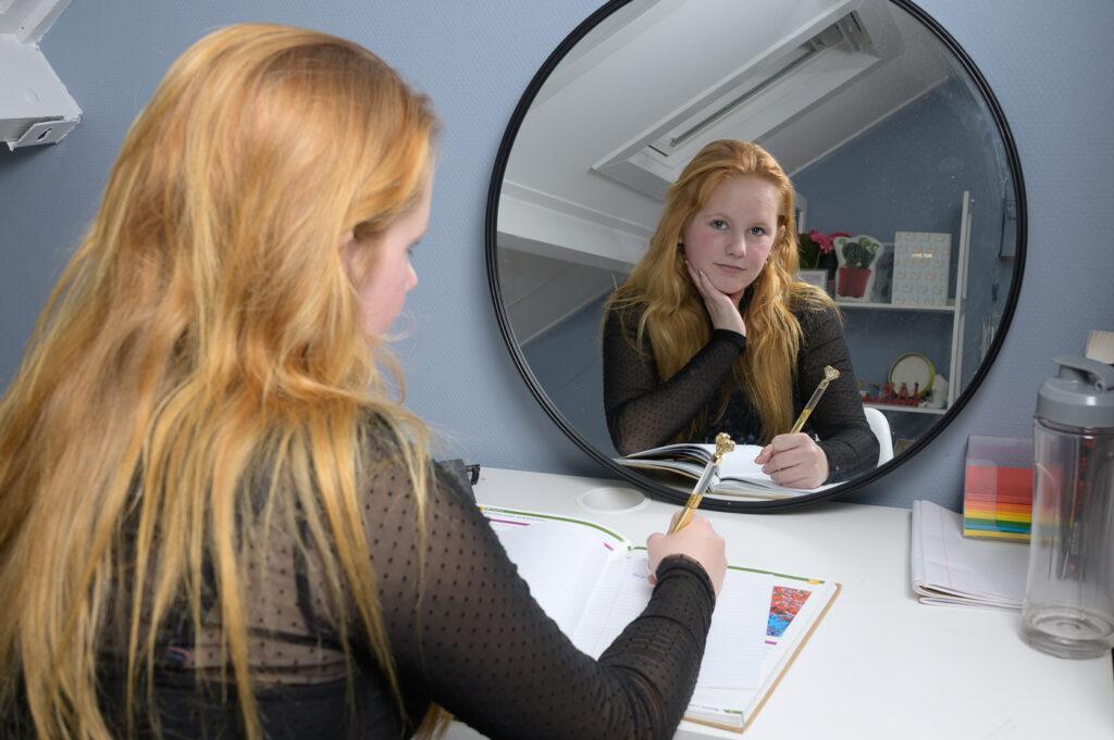 Tiener meisje voor spiegel