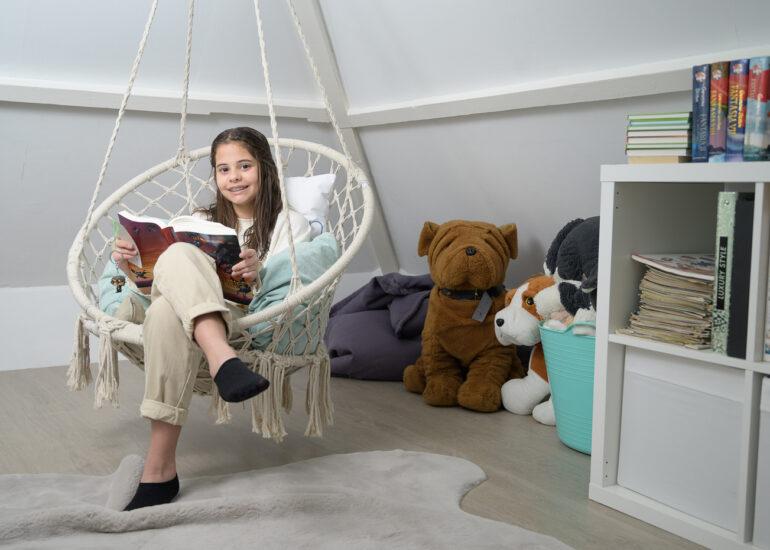 Tiener leest een Harry Potter boek