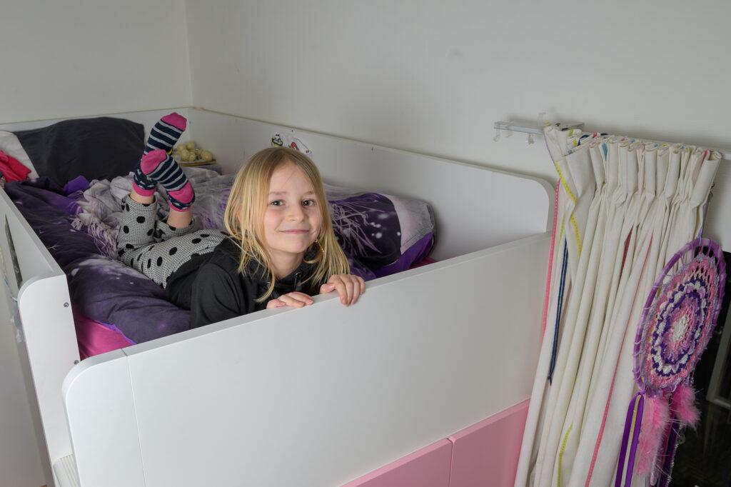 meisje op haar bed