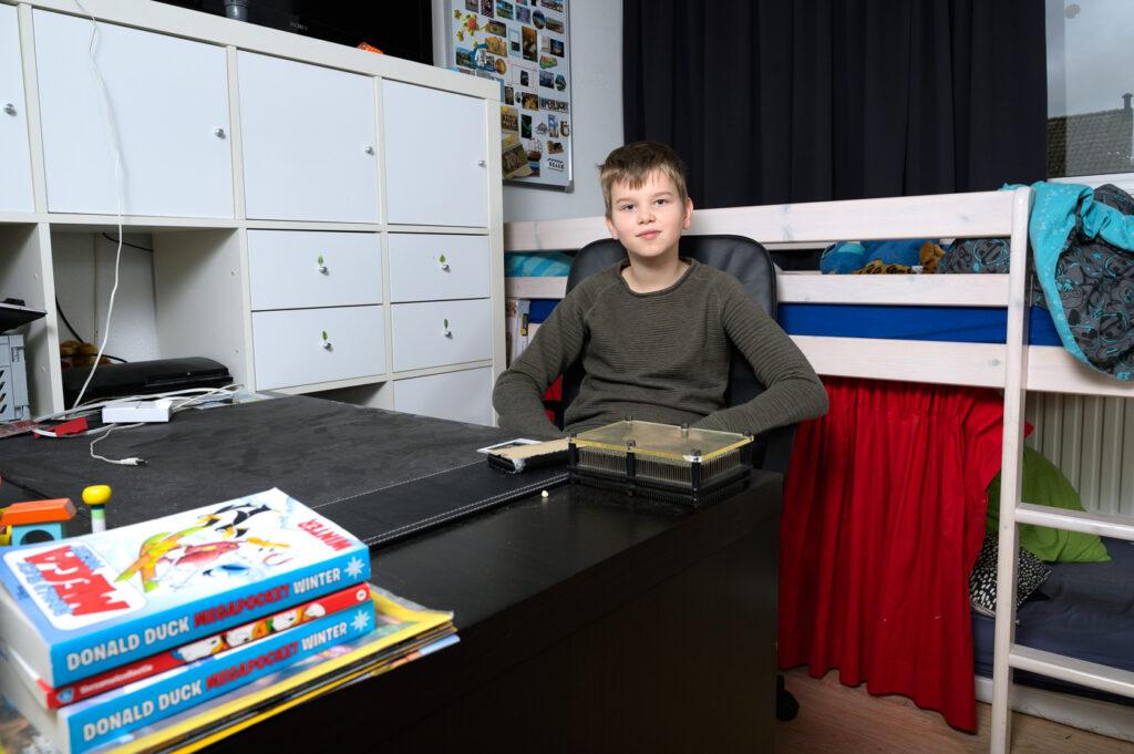 Tiener aan bureau op slaapkamer